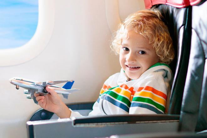 здоровый ребенок в самолете
